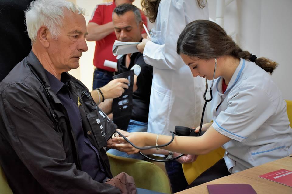 Në Ditën Ndërkombëtare të Hipertensionit, studentët e infermierisë bëjnë matjen e presionit të gjakut