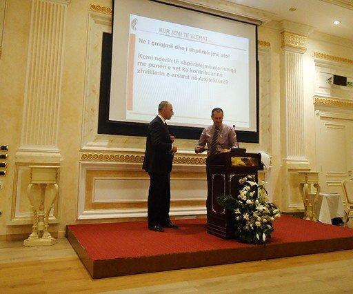 Asociacioni  i Arkitektëve të Kosovës  ndau Mirënjohje  për profesorin e UBT-së