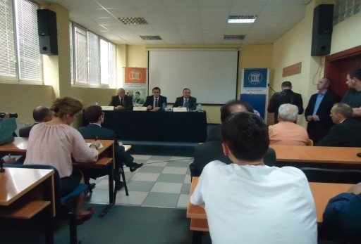 Ministri Bedri Hamza diskutoi  me studentët e UBT-së