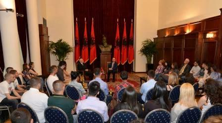 Studentët e UBT-së  vizituan  Shqipërinë, takuan presidentin Nishani