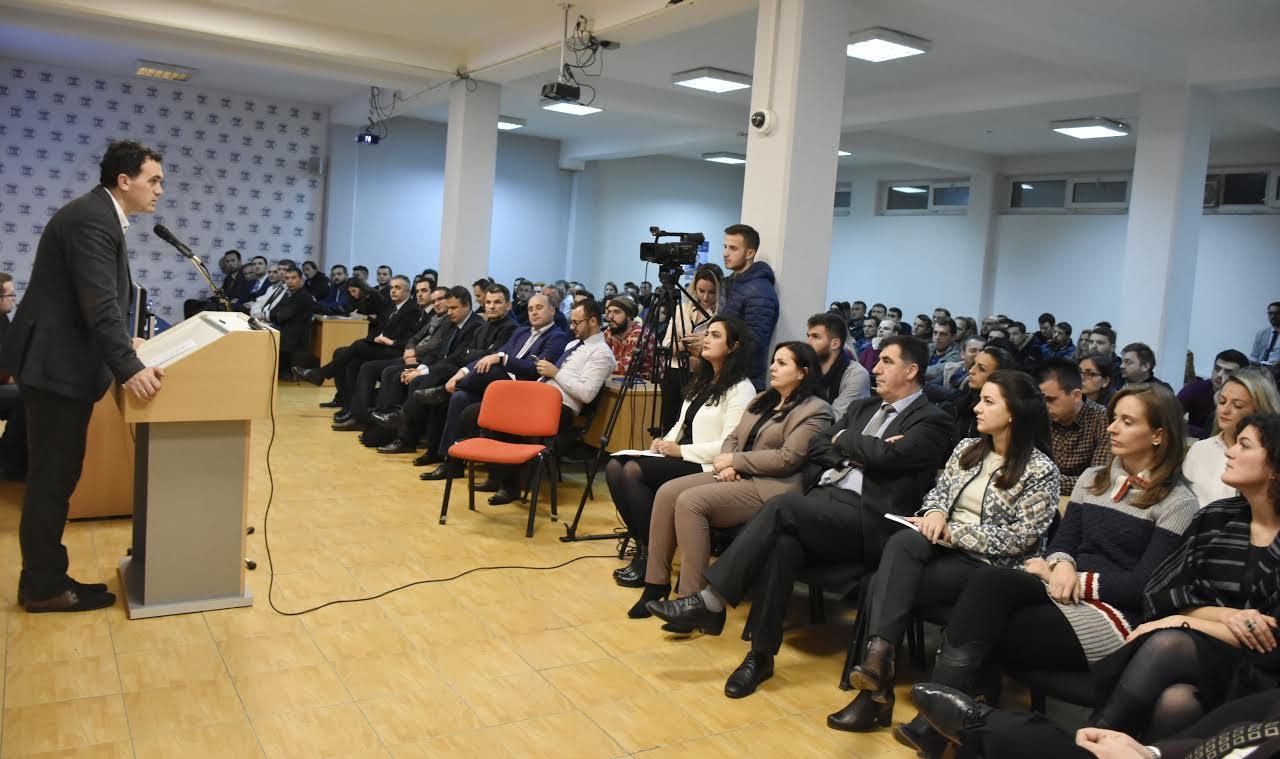 UBT pret me ceremoni studentët e rinj të nivelit master