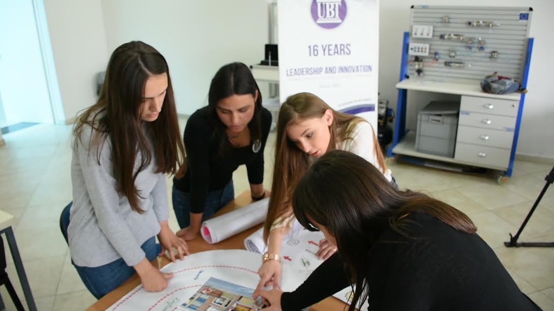 Studentet e UBT-së projektojnë shkop me sensorë për të verbrit