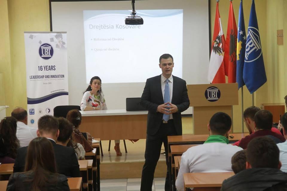 Juristi Sejdiu ligjëron për studentët e UBT-së