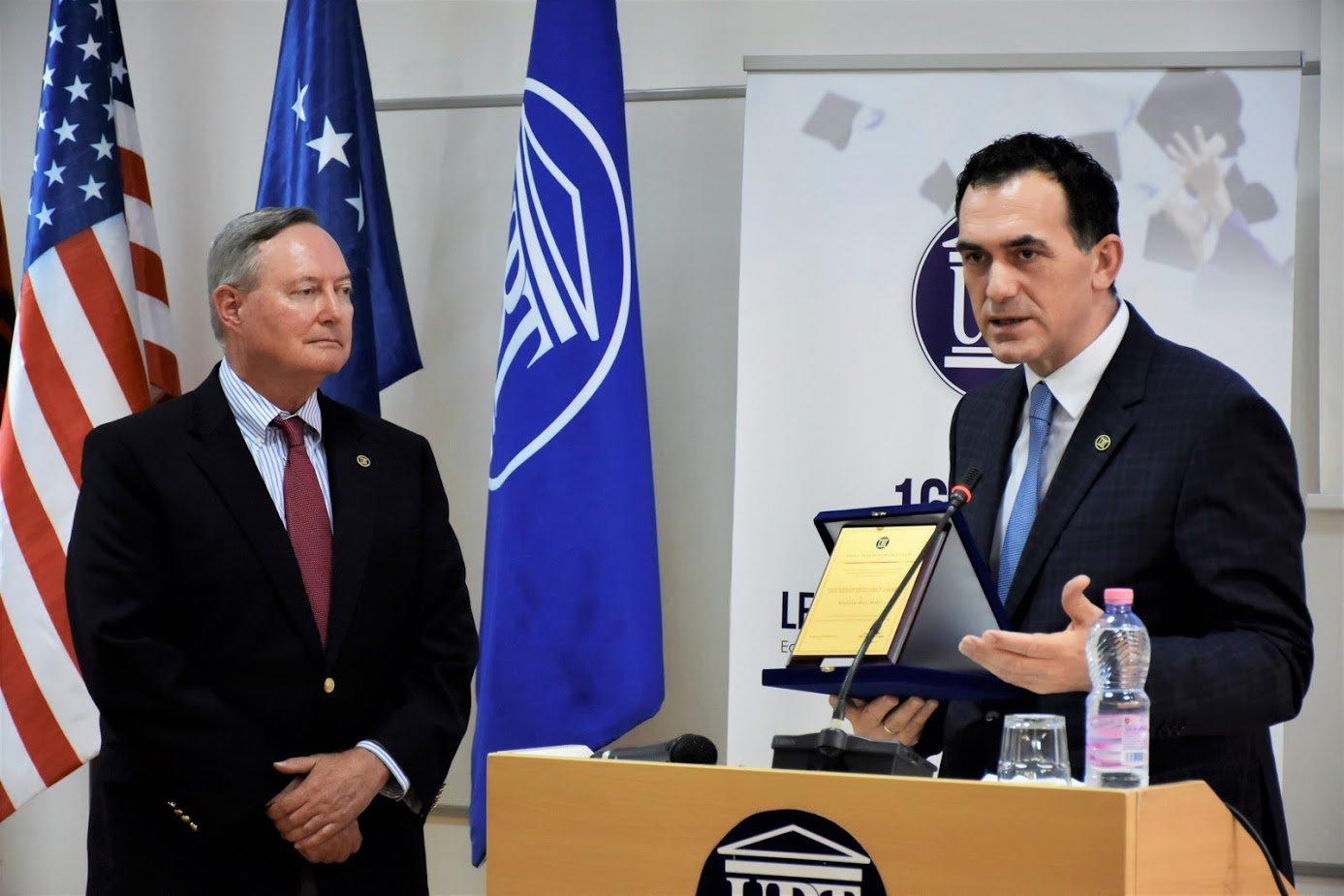 Diplomati amerikan Pope: Në Kosovë është bërë punë e shkëlqyeshme