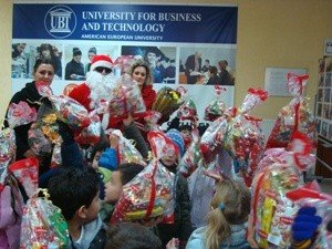 Fëmijët vizituan UBT-në dhe morën dhurata për Vitin e Ri