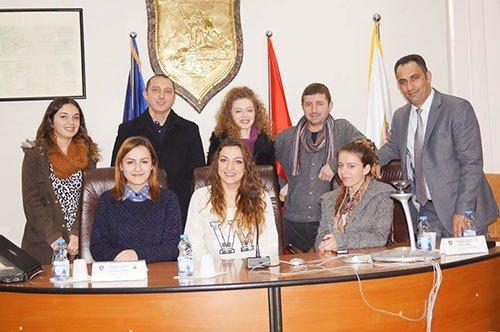 Studentët e UBT-së përcollën punimet e Kuvendit Komunal të Ferizajt