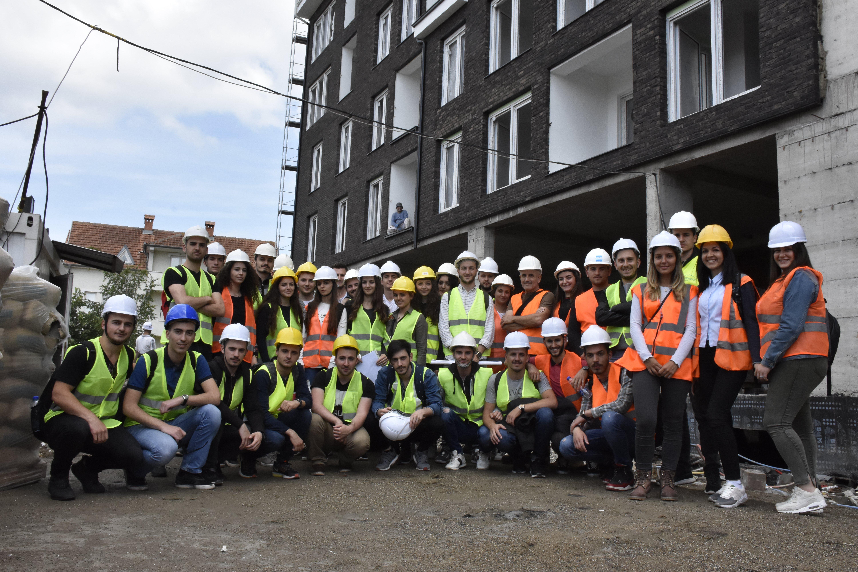 """Studentët e UBT-së, vizitë studimore në objektin afarist banesor në lagjen """"Emshir"""""""