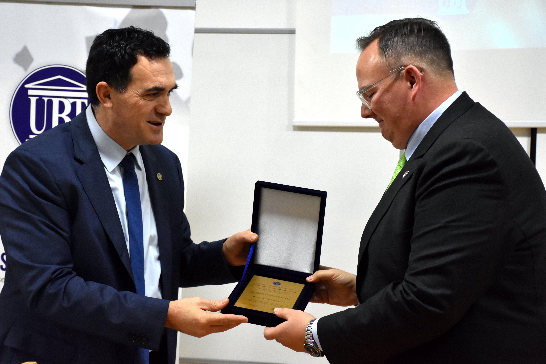 UBT organizon ceremoni për nder të 10-vjetorit të Pavarësisë së Kosovës, nderon diplomatin Chad Rogers për kontributin e pareshtur për vendin
