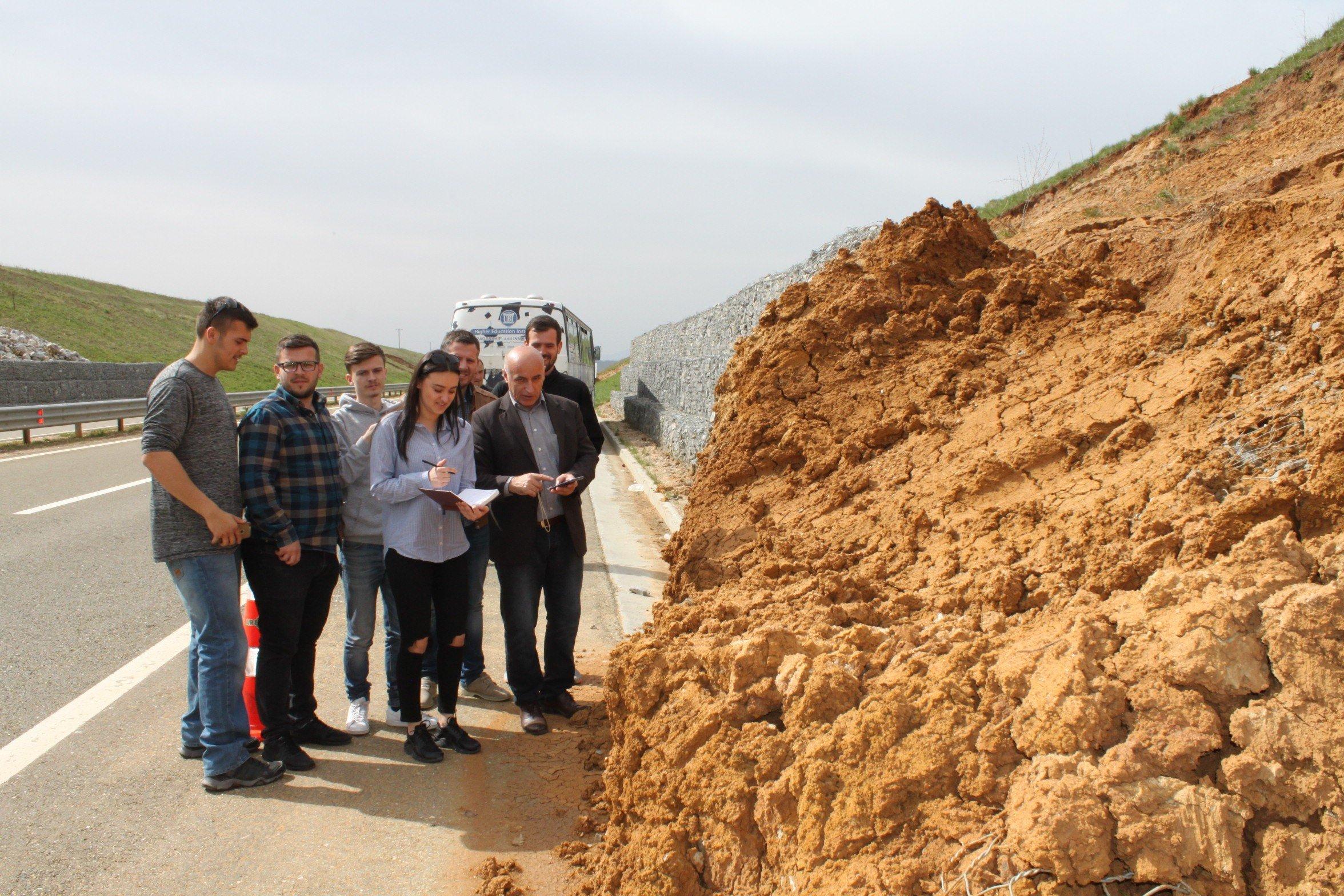 """Studentët e Fakultetit të Inxhinierisë Ndërtimore vizituan lokacionet e rrëshqitjes së dheut në autostradën """"Ibrahim Rugova"""""""