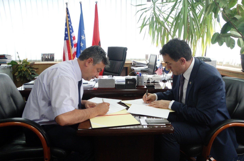 """Kolegji UBT dhe KUR """"Prishtina"""" nënshkruajnë memorandum mirëkuptimi"""