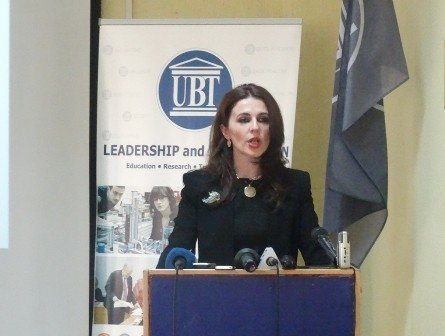 Ministrja Vlora Çitaku debat në UBT