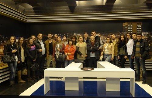 """Studentët e medias pranë UBT në kuadër të aktiviteteve të tyre studimore kanë realizuar dy vizita në dy mediume qendrore RTV 21 dhe gazetën """"Zëri""""."""
