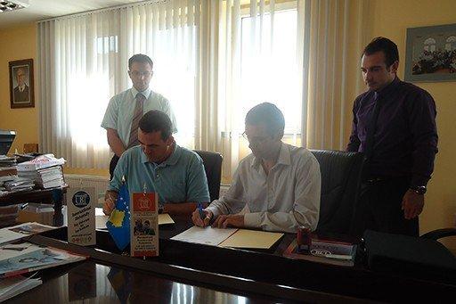 """UBT nënshkruan marrëveshje bashkëpunimi me Fabrikën """"MECATYP"""""""