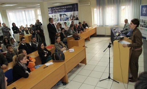 Ministrja Çitaku  diskutoi me studentët e UBT-së