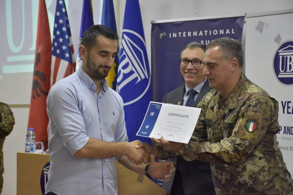 Komandanti i KFOR-it certifikon studentët e ANV-së së Shkencave Politike