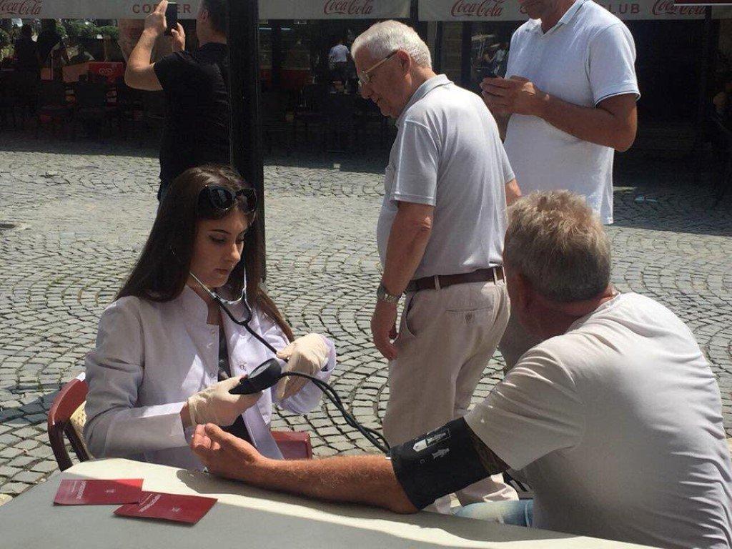Studentët e Infermierisë në kuadër të ANV ofrojë shërbime falas për qytetarët e Prizrenit