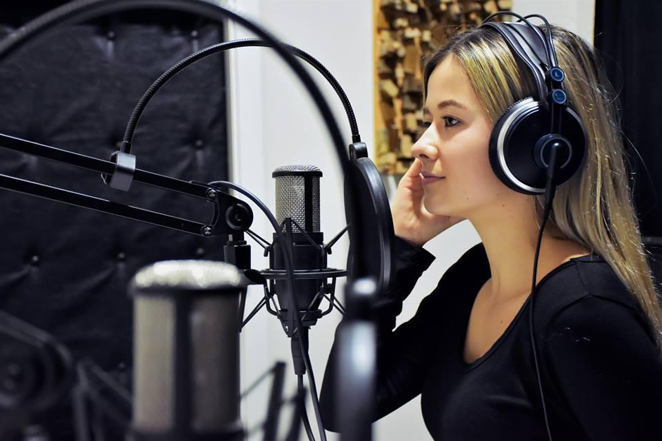 Studentja Marigona Xhigoli fillon punë praktike në Glam Radio