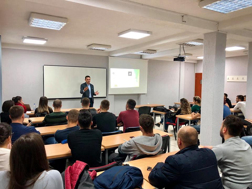 Eksperti Denis Gafuri u ligjëron studentëve të UBT-së mbi mjeshtërinë e shitjes