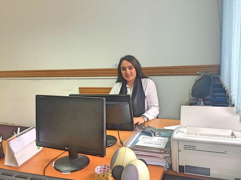 Studentja e UBT-së, Erza Kqiku nis punën praktike në Kuvendin Komunal të Gjilanit