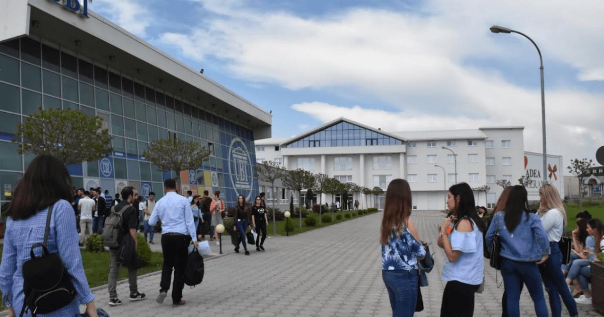 """Kosovalive ofron mundësi për praktikë për studentët e UBT-së në kuadër të projektit """"Mediatnik"""""""