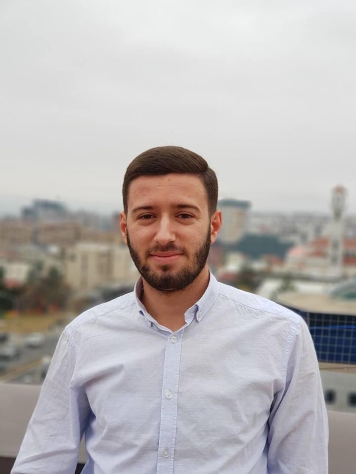 Studenti Leutrim Sylkaj fillon punën praktike në Raiffeisen Bank