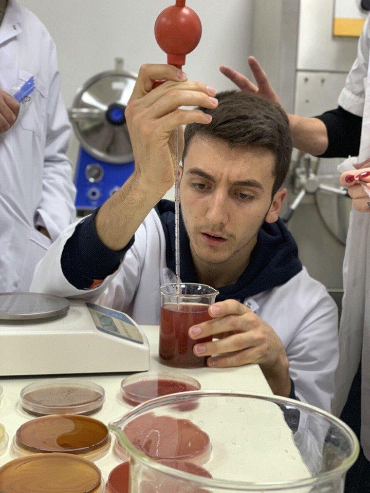 Studentët e Shkencave të Ushqimit dhe Bioteknologjisë po realizojnë punë intensive laboratorike