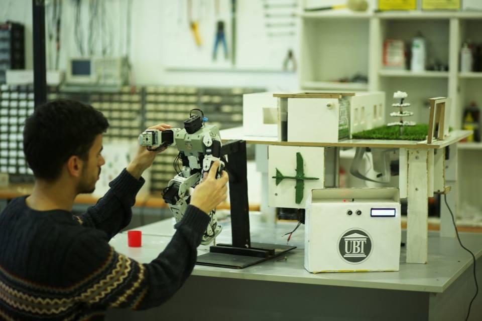 Laboratorët e UBT-së u ofrojnë studentëve praktikë me pajisjet më të sofistikuara të kohës