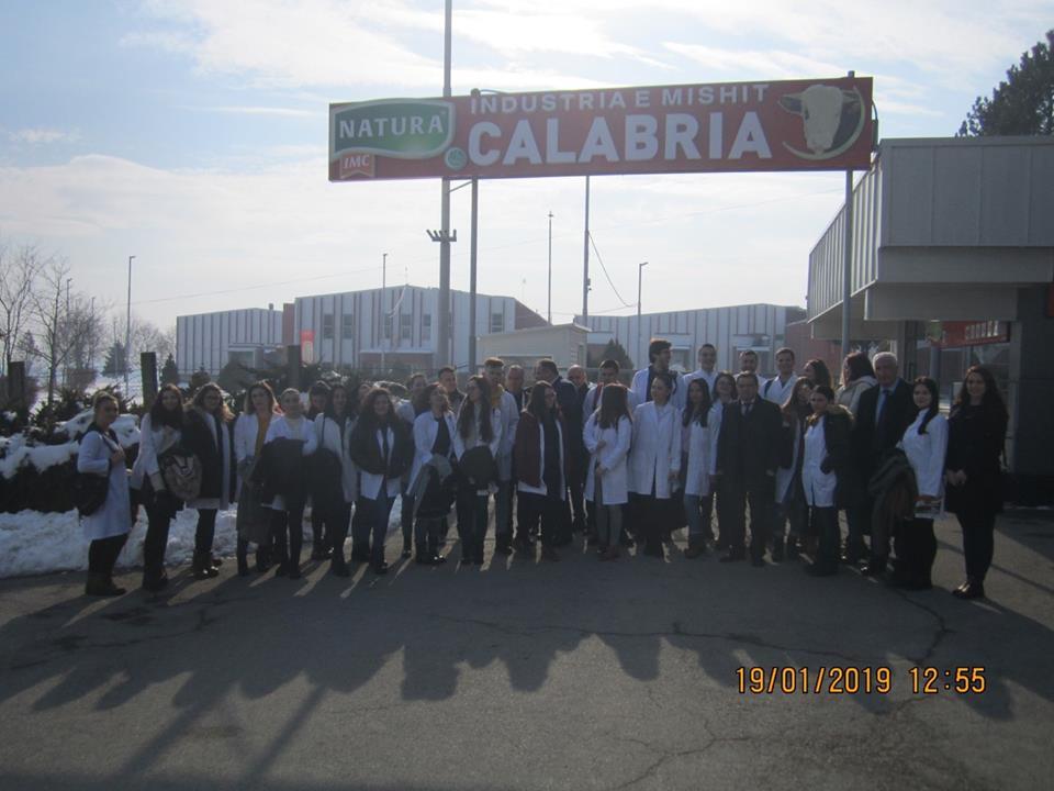 """Studentët e Shkencave të Ushqimit vizituan fabrikën për përpunimin e mishit """"Calabria"""" në Gjilan"""