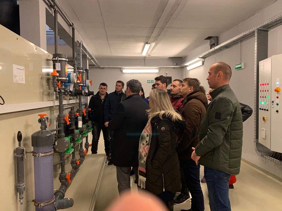 Studentët e UBT-së, vizituan Fabrikën e Përpunimit të Ujit në Shkabaj