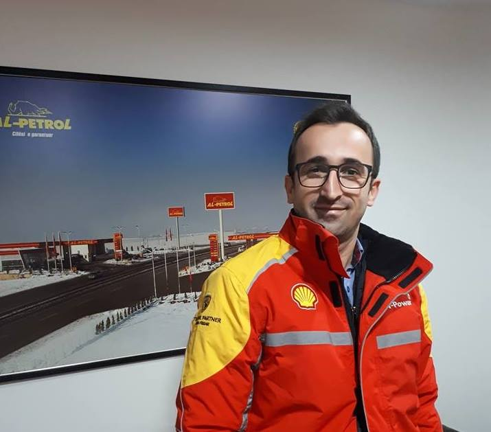 """Studenti i UBT-së, Lirim Shabani i punësuar në Kompaninë e Derivateve """"Shell"""""""