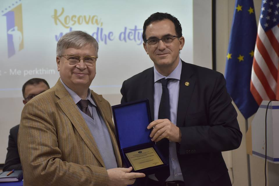UBT organizoi ceremoni për nder të 11-vjetorit të Pavarësisë së Kosovës – Përçohet mesazhi që të punohet për ngritjen e imazhit të vendit (Foto&Video)