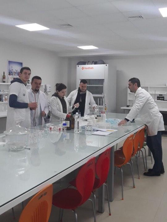 Studentët dhe profesorët e Shkencave të Ushqimit realizojnë hulumtim shkencor