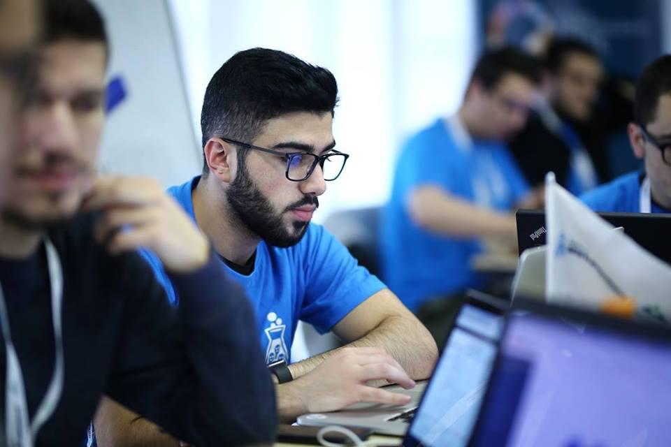Studenti kosovar, Emin Emini ndërton dhe programon pasqyrën e mençur (Foto&Video)