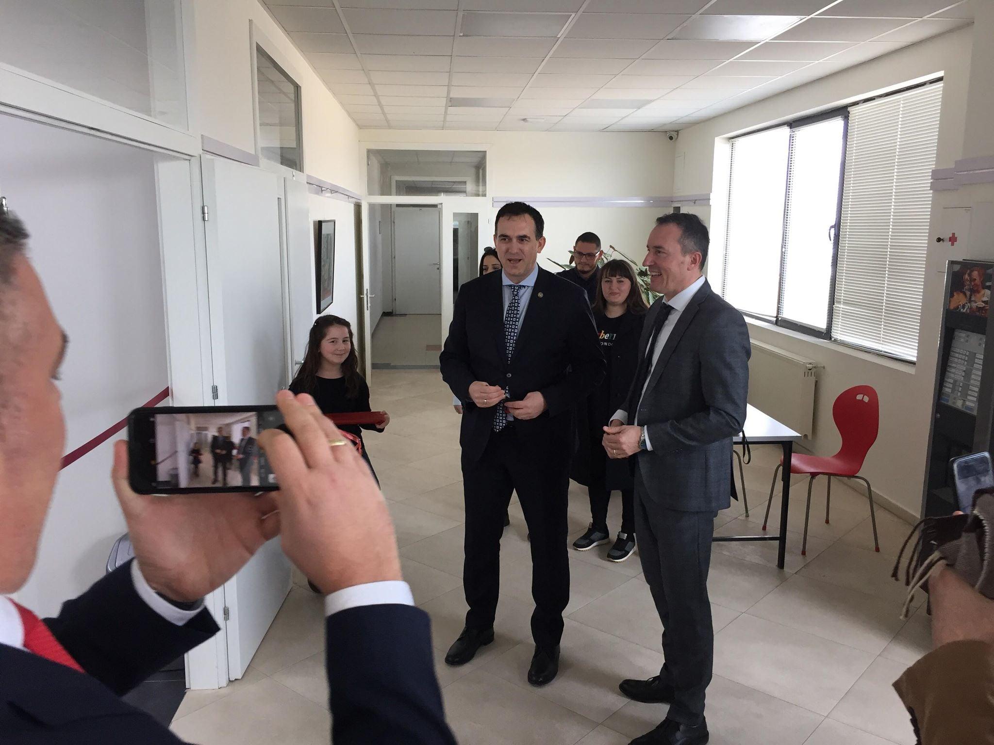 UBT dhe Raiffaisen Bank hapin laboratorin më inovativ të teknologjisë në Kosovë (Video)