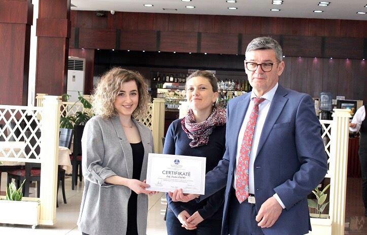 Studentja e Juridikut, Festa Zajmi, fituese e garës së OAK-ut për esenë më të mirë