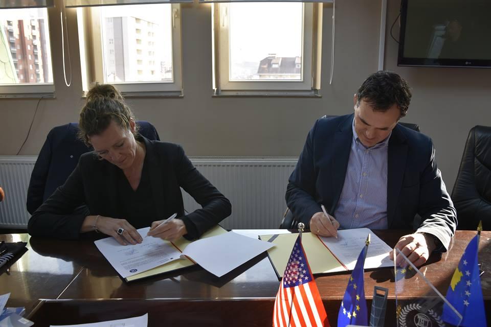 """UBT nënshkruan memorandum mirëkuptimi me shkollën profesionale, """"Design Factory International"""" të Hamburgut"""