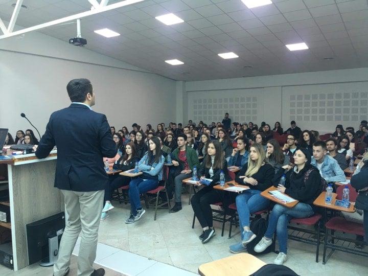 """Maturantët e Gjimnazit """"Xhevdet Doda"""" mahniten me infrastrukturën e UBT-së (Foto&Video)"""