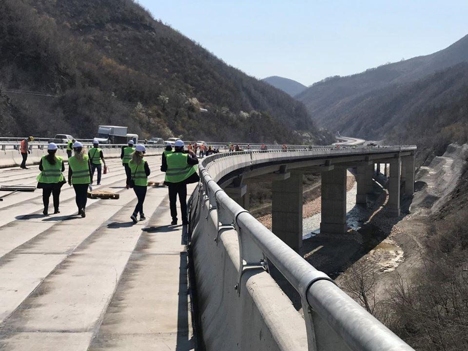 """Studentët e UBT-së vizitojnë punimet e autostradës """"Arbën Xhaferi"""""""