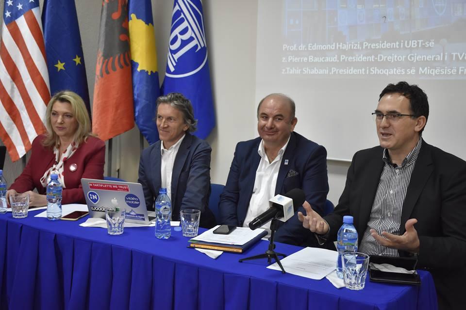 Ekspertët në UBT: Teknologjia dhe digjitalizimi po e ndryshojnë mënyrën e shpërndarjes dhe marrjes së informacioneve