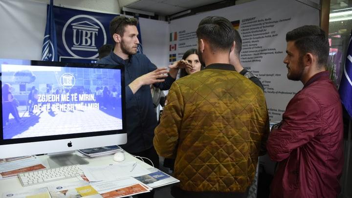 Qindra të rinj të interesuar shfrytëzuan platformën e Panairit të Edukimit për t'u njoftuar me mundësitë e studimit në UBT