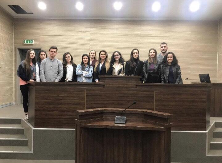 Studentët e UBT-së marrin pjesë në një seancë gjyqësore të vërtetë