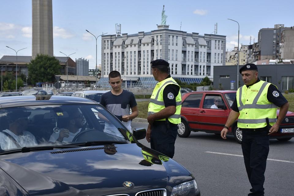 Policia dhe studentët shpërndajnë broshura me mesazhe sensibilizuese për siguri në komunikacion (Foto&Video)