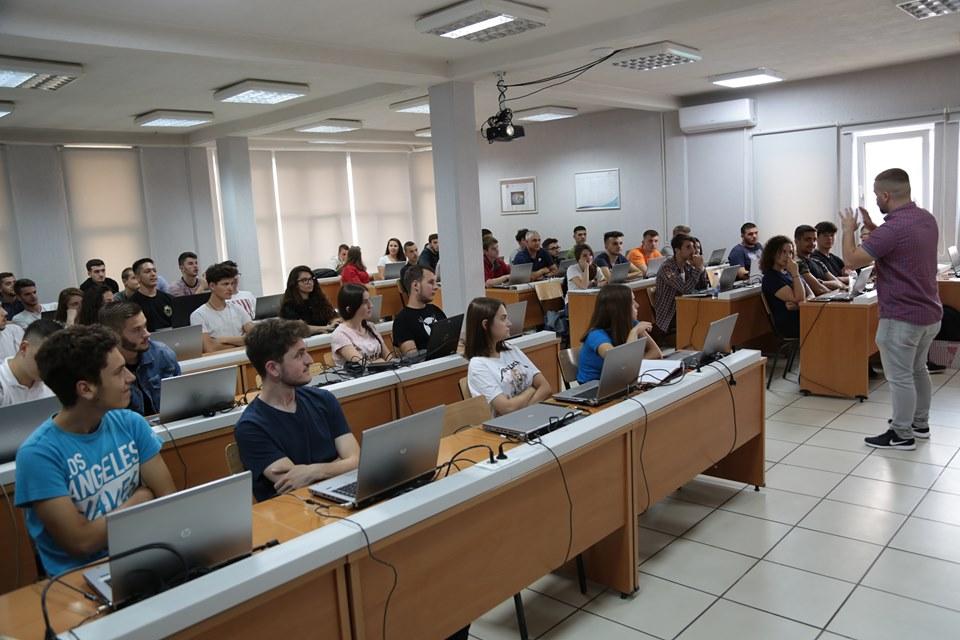 Maturantë të shumtë nga Kosova po marrin pjesë në UBT Summer of Code
