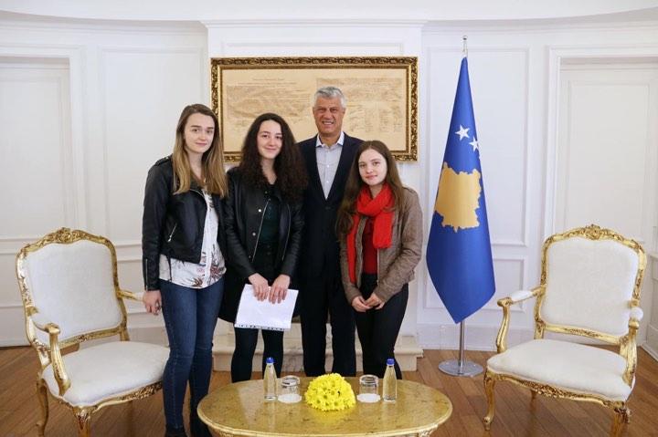 Presidenti Thaçi takon ekipin që do ta përfaqësojë Kosovën në garën botërore të robotikës