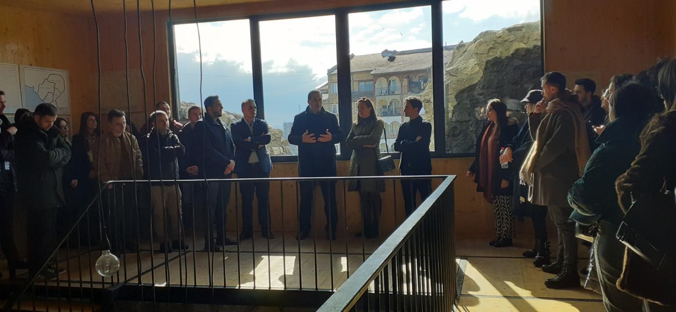 Studentët e UBT-së hapën ekspozitë me punime të konceptit Smat City, në Vushtrri