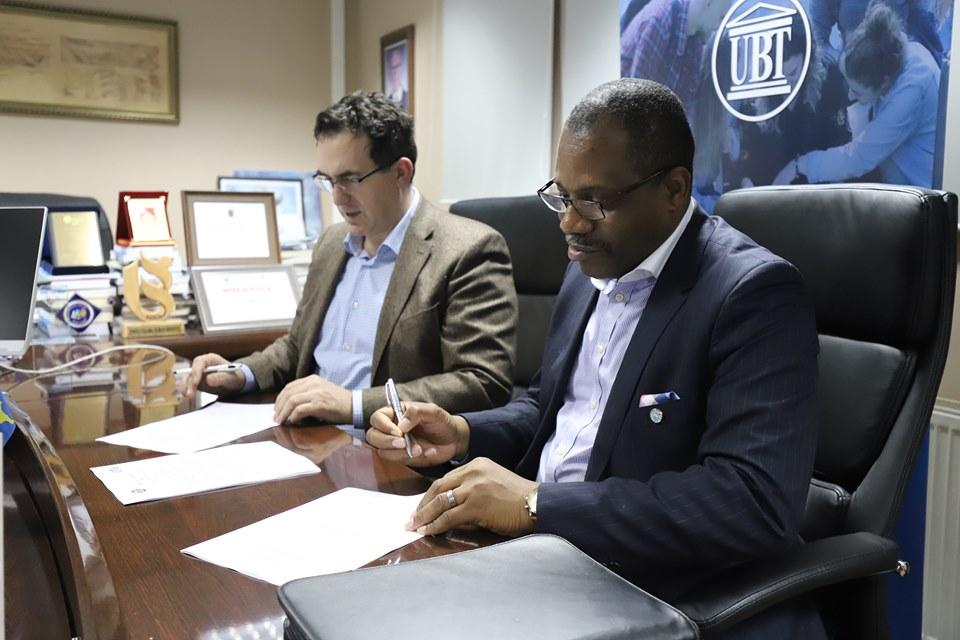 UBT lidh marrëveshje bashkëpunimi me English Teaching and Training Center