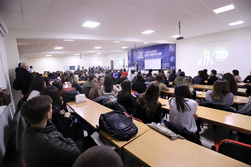 UBT ndan rreth 300 bursa studentëve të dalluar