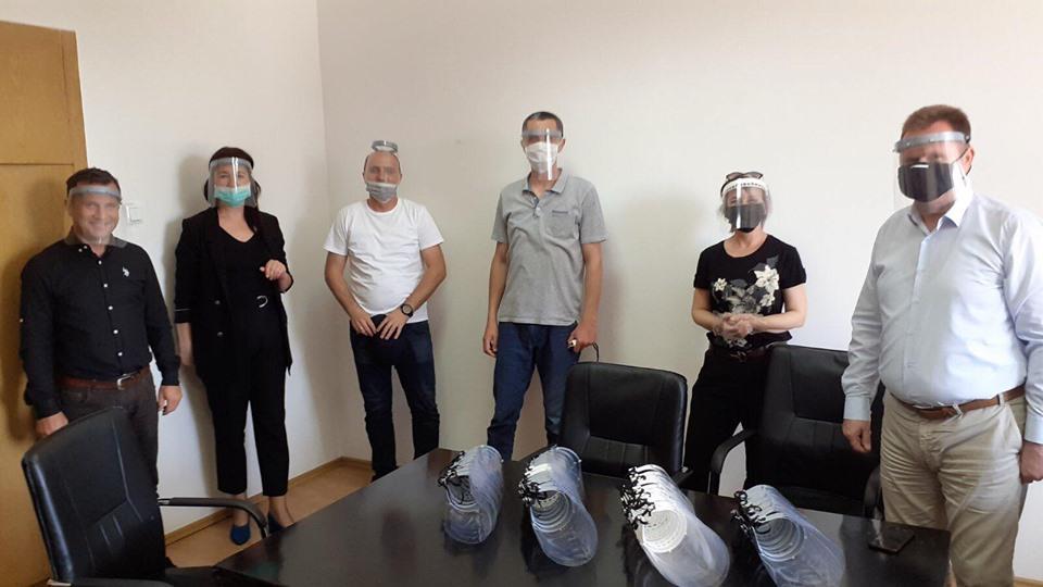 UBT në mbështetje të Kosovës, dhuron maska mbrojtëse për punëtorët e komunës së Prishtinës