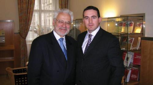 Erhad Busek dhe Edmond Hajrizi pas nje takimi te rendesishem per zhvillimin e UBT-se. Busek nga 5 maji 2005 eshte kryetar i bordit te UBT-se