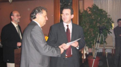 Rektori Hajrizi duke pranuar licensen e punes se UBT-se nga ministri Rexhep Osmani